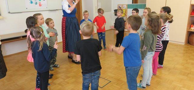 Die Kinder der 1b lernen steirische Lieder und Tänze